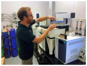 Dr. Iain Oswald preparing a series of samples in a 45 unit autosampler used to collect and transport the volatile aroma compounds into the 2D gas chromatography instrumentation.
